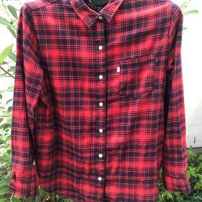 Levi's skjorte med røde og sorte tern i str L Aldrig brugt  Eminent stand Byd gerne