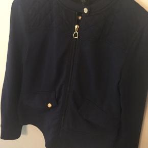Lækker blazer / jakke fra Ralph Lauren Active - ikke brugt voldsomt meget, så jakken i sig selv er ikke slidt, men trykknappen ved begge sidelommer er gået i stykker (se billeder). På den ene er topknappen røget af, på den anden er bundstykket røget af. Prisen er sat efter, at der skal sættes nye knapper i - medmindre self at man vil gøre noget andet😉