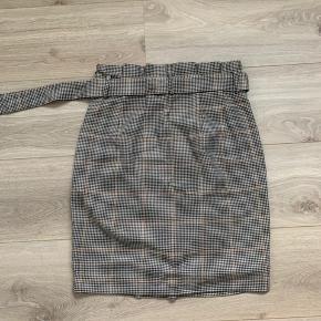 Ternet nederdel med bindebælte Brugt en gang