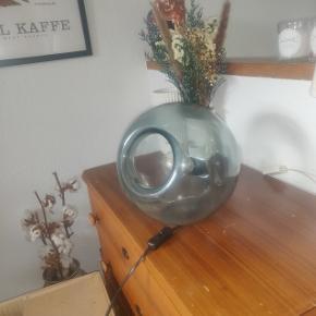 Fin handmade udgået bordlampe købt i Ikea for 2 års tid siden. Står uden fejl og mangler. Giver et godt men afblødet lys. Næsten ny pære medfølger.