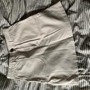 Højtaljet nederdel fra Monki. Kun brugt 1-2 gange, så har ingen brugstegn.   BYD, prisen er ikke fast