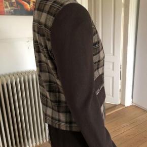 Aldrig brugt uld blazer fra Love Moschino.  Byttes ikke.