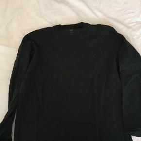 Langærmet t-shirt fra UNIQLO, sjældent brugt og vasket få gange.