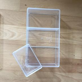 Opbevaringsboks med lille boks i plast som er brugt til smykker