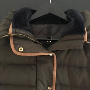 Flot jakke med lysebrun ruskindskant. Er dejlig varm og har været brugt en vinter sæson