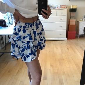 Virkelig fin nederdel, som jeg selv har købt på trendsales, men desværre ik lige er mig. Den har elastik i taljen, så den kan passes af både s og m!