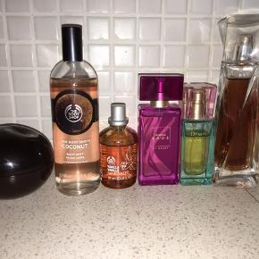 Lækre parfumer sælges, da jeg har for mange. Nogle er brugt(se billede for hvor meget) andre er nye.  DKNY Delicious Night 50ml (vil tro der er 37ml tilbage) The Body shop coconut body mist 100ml, aldrig brugt. The Body shop vanilje parfume 30ml Spinning Kaos by Gosh 30ml brugt 1-2 gange. Dreams by Isabell Kristensen 30ml Lancome Hypnose 50ml (se billede)