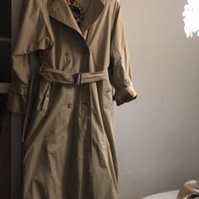 Vintage frakke fra Burberry , sælges for min mor, købt i USA.  Trænger til e gangs rensning,  Byd