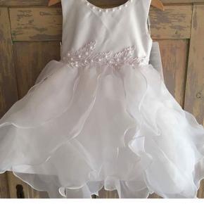 Aldrig brugt. Rigtig fin brudepige kjole med aftagelig slæb. Flere billeder kan sendes.
