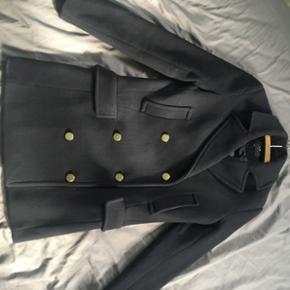 Sælger min mega lækre frakke fra Vila. Den er aldrig brugt, og mærket er stadig i. Den kostede 999, som ny.   90% uld og 10% kunststof  Det er en xs, men Svarer mere til en Small