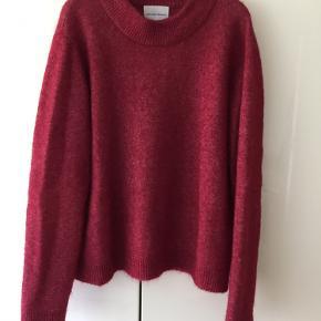 Meget flot brook knit fra Second Female i en lækker mohair kvalitet. Næsten ikke brugt, ingen fnuller eller lign.   Søgeord: Acne Studios, Arket, mohair, knitwear,