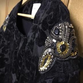 Smuk brokade jakke i vintage stil fra culture. Prøvet på. Der mangler en hægte til luk foroven, men den kan hurtigt sættes på igen :)