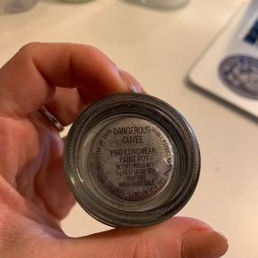 """Pro longwear pant pod i farven """"dangerous cuvee"""" fra mac. Farven er udgået idag og kan derfor ikke købes fra ny"""