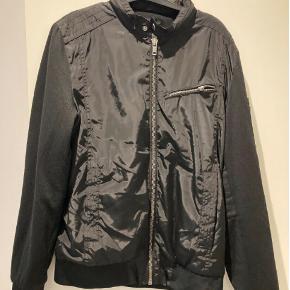 Large, Zara Man Basic, Sort  Meget af det tøj jeg sælger, er aldrig blevet brugt. Det har ligget pakket ned i kasser.  Spørgsmål? Skriv endelig: 41 42 41 94  •Se mine andre annoncer•