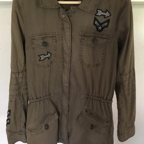 """Armygrøn , """"født"""" med slidt look, ny pris 799,95 kr."""