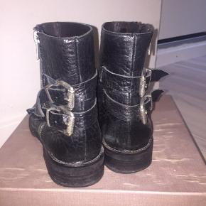 Fedeste støvler fra Billi Bi. Er brugt forrige vinter men fremstår i enormt god stand. Der er ingen fremtrædende tegn på slid og kan nemt pudses op så de fremstår endnu pænere. Byd gerne:)