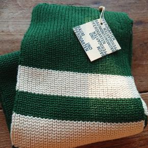 Varmt ubrugt halstørklæde fra Baum und Pferdgarten, stadig med prismærke. :)   Materiale: 50% merino uld, 50% acryl