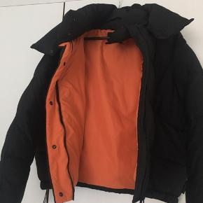 Super behagelig jakke fra Urban Outfitters. Har to udvendige lommer og en indvendig. Oversized fit.