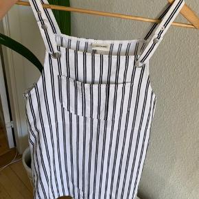Spencer kjole fra Monki