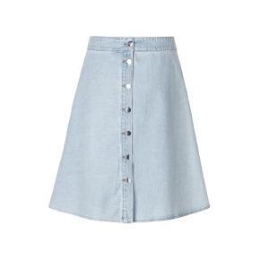 Sød Mads Nørgaard nederdel i lys denim (er mere lys end den på første billede)  Str. er en 34 men vil sige den passer en str. 36. Aldrig blevet brugt eller vasket.