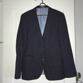 Super fin SAND blazer i str. 48. Brugt to gange. Aldrig vasket. Ny pris: 3000 kr.  Link til blazer: (https://www.kaufmann.dk/sand/blazer/6650sherman-blaa?id=123973-150)