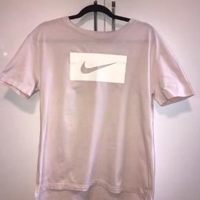 Nike tee💓 Vær opmærksom på at den er lidt stort i størrelsen