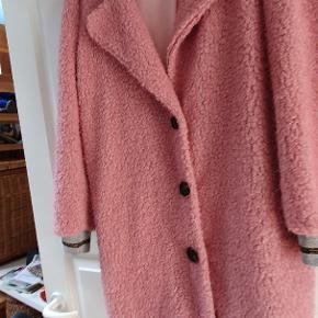 Super flot og fantastisk lækker frakke,som desværre ikke klæder mig.  Derfor må den videre.   Den er købt i maj md for 999kr og er aldrig brugt.