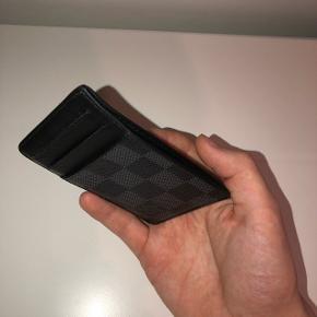 Sælger min kortholder, da jeg mangler penge.Har kasse, kvittering og alt andet der fulgte med fra ny. Mindstepris:800 Køb nu pris: 1100