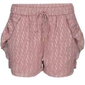 Nye ubrugte shorts fra Sofie Snoor i str. M. Nypris: 650,- Stadig med prismærke.  Kom med et bud. Kan afhentes i Aarhus eller sendes.