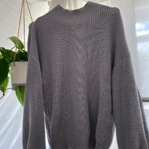 Oversized sweater fra na-kd. Fitter xs-m afhængigt af hvor oversized et look du går efter.   Tjek gerne min side for andet fedt tøj🧡