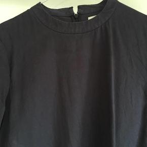 Brand: Key to simplicity Varetype: bluse Farve: se billede Oprindelig købspris: 700 kr.  100% tencel, som er 100% bæredygtige fibre.  Fra armhule til armhule måler den 54,5 cm Længde - målt fra skylder og ned: 64 cm  Bytter ikke