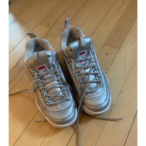Super cool Fila sneakers i str 37! Nypris var 800 kr. Sælges da jeg har for mange sko de er brugt, men i rigtig fin stand. Brugsspor ses primært indenvendig - udenpå ingen slid eller lignende.  Sælges for 150 kr ved afhentning på Nørrebro :) Kan sendes såfremt køber betaler Porto.
