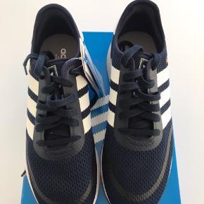 Ubrugte lækre sneakers fra Adidas.  Str 43 1/3  Original kasse medfølger.  Sender gerne.