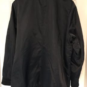 Vatteret jakke med lynlås. Lynlåslomme på venstre skulder. To stiklommer foran. Bred elastik forneden og i ærmegab. Brystvidde: 64 cm. X 2. Længde: 80 cm.