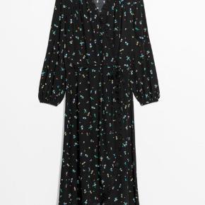 &other stories ruffled wrap black floral maxi dress str.34 men svarende til str. 36-38