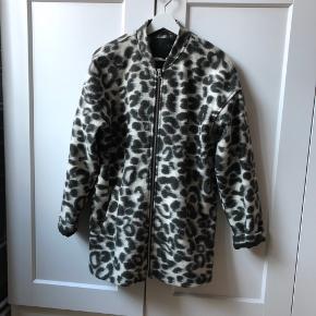 Super lækker jakke, der er god varm. Den er grønlig i farven, som passer til foret indeni :-)