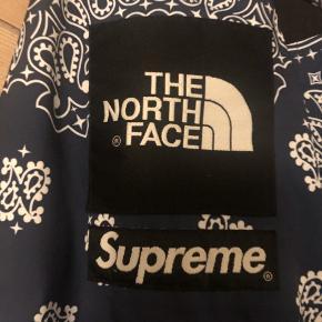 Supreme The North Face Bandana jakke   8.5/10   Large   Kan sende flere billeder, hvis du får brug for et legit check, ellers tjek @nextgrail på Instagram.
