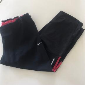Løbetights fra Nike. 3/4 længde.