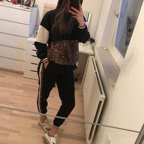 Sælger mit 2 piece leo-sæt fra Zara, str M Sælges udelukkende da bukserne er for korte til mig (175 høj)  Sættet er derfor aldrig taget i brug.