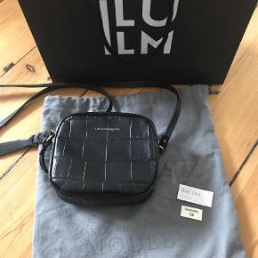 Varetype: Crossbody Størrelse: Lille Farve: Sort Oprindelig købspris: 3975 kr.  Den smukkeste lille taske. Sender gerne flere billeder. Købt i Illum i 2018.