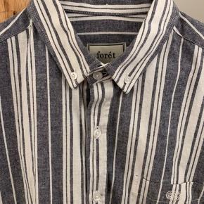 """Ubrugt Forét skjorte str. L Modellen hedder """"Smoke Shirt"""" Nypris 900 kr."""