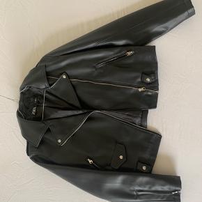 Jakke i imiteret læder fra ZARA, lille i størrelsen, passer til en M. Nypris 300kr. Bæltet medfølger ikke  Bytter ikke og køber betaler fragt