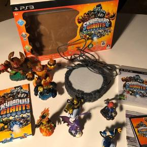 Skylanders gigants til PS3. Alt medfølger inkl 8 figurer  I pakken hører tre figurer. Derudover har Sprocket, legendary jet-vac,legendary slambam, legendary ignitor og hot head