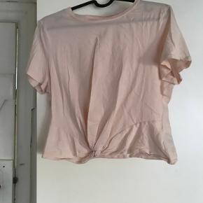 T-shirt med knudedetalje foran.
