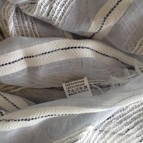 Brand: ** Varetype: Tørklæde lyseblå og hvidt - nyt Størrelse: ** Farve: Se billeder Oprindelig købspris: 150 kr.  Flot tørklæde - nyt  Handler gerne via mobilpay - ellers plus gebyr :-)  Spørg og byd.......