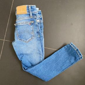 Tommy Hilfiger jeans i str 104 sælges. Brugt 2 gange. Fejler absolut intet. Bytter ikke.  Nypris 400,-