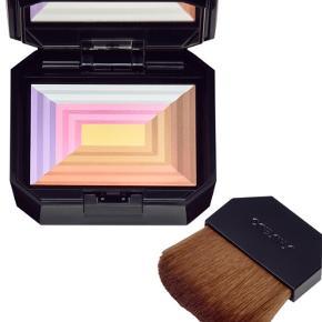 Blush 7 Lights Illuminator fra Shiseido Helt ny og ubrugt.  Størrelse:12 ml.  Beskrivelse: En unik kompakt multi-pudder der både highlighter og skjuler, ved hjælp af syv forskellige lysteknologier. En kompakt pudder som giver glød - huden fremstår frisk, klar og strålende. Hver farve har en funktion fx Gul der dæmper rødme, Hvid der highlighter, Rosa der giver glød.