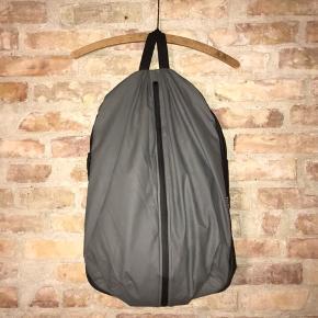 Rains backpack / rygsæk. Vandtæt og rummelig med to store rum.