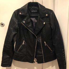 Varetype: Andet Farve: Sort Oprindelig købspris: 2100 kr.  Super fed jakke sælges. Købt i San Fransisco sidste år. Aldrig brugt!!! Ring eller skriv på 26826097 for yderlig info. Ved ts handel betaler køber gebyret