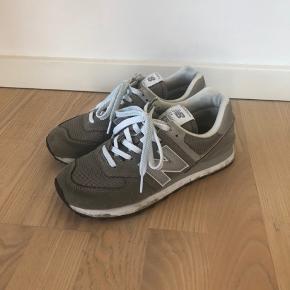 Jeg sælger disse lækre New Balance Sneakers. De er brugt 5-6 gange og har lidt brugsslid, men det kan sikkert gå af i vask. Ellers fejler de intet :-)  De kan afhentes i Randers eller sendes mod betaling med DAO. Jeg bytter desværre ikke.
